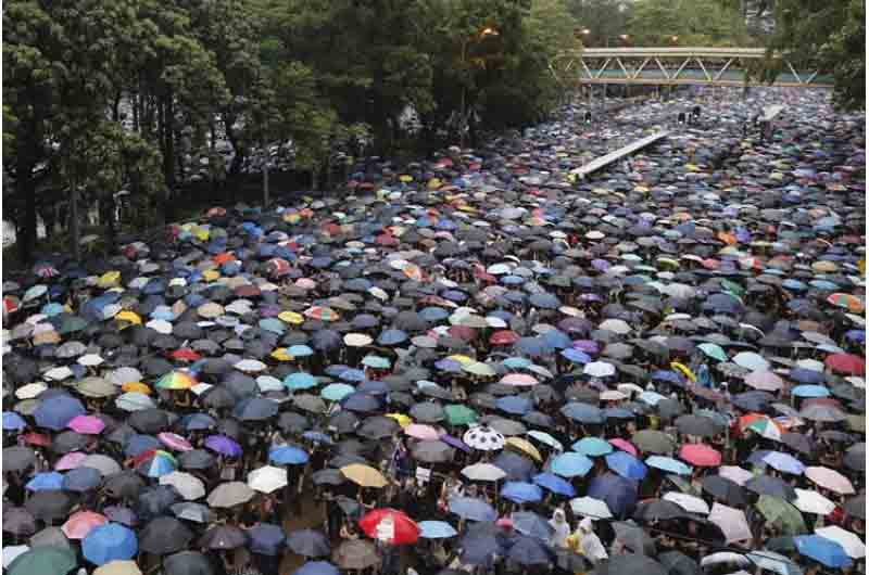 1,7 millones de personas desafían a la policía en Hong Kong