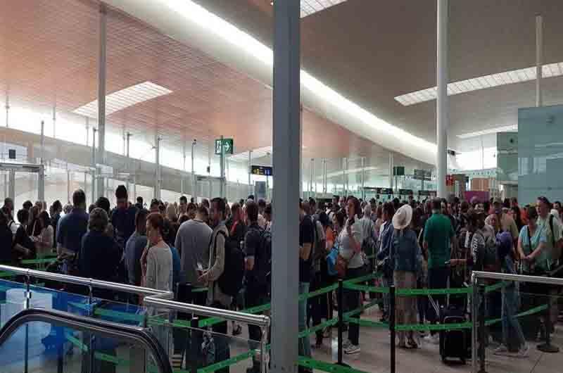 Colas en la T2 del aeropuerto de Barcelona por la huelga de vigilantes