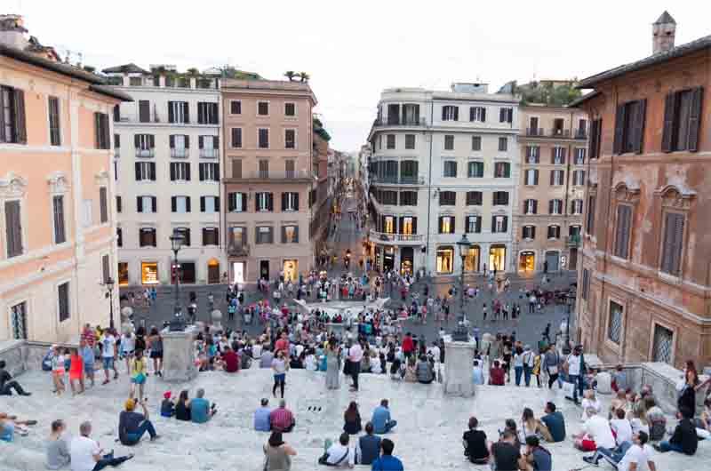 400 € de multa por sentarse en la plaza España de Roma