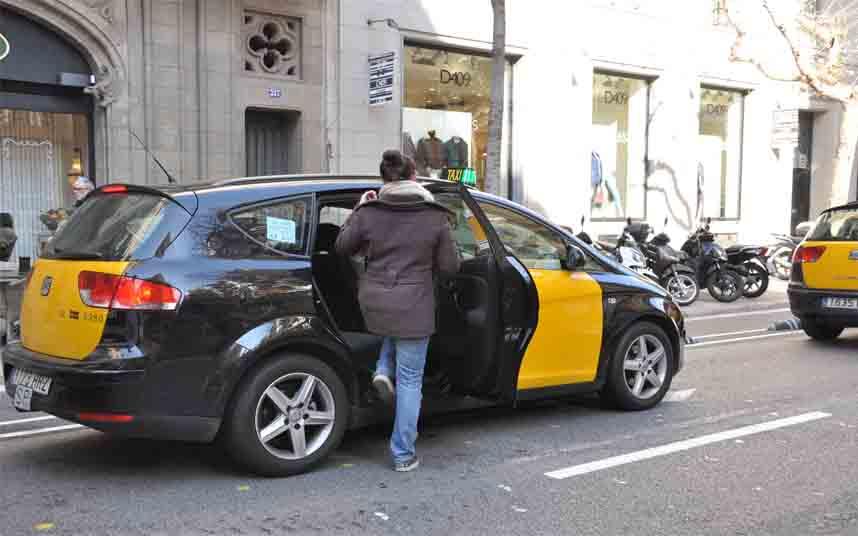 El Área Metropolitana de Barcelona acuerda un plan de choque con el sector del taxi