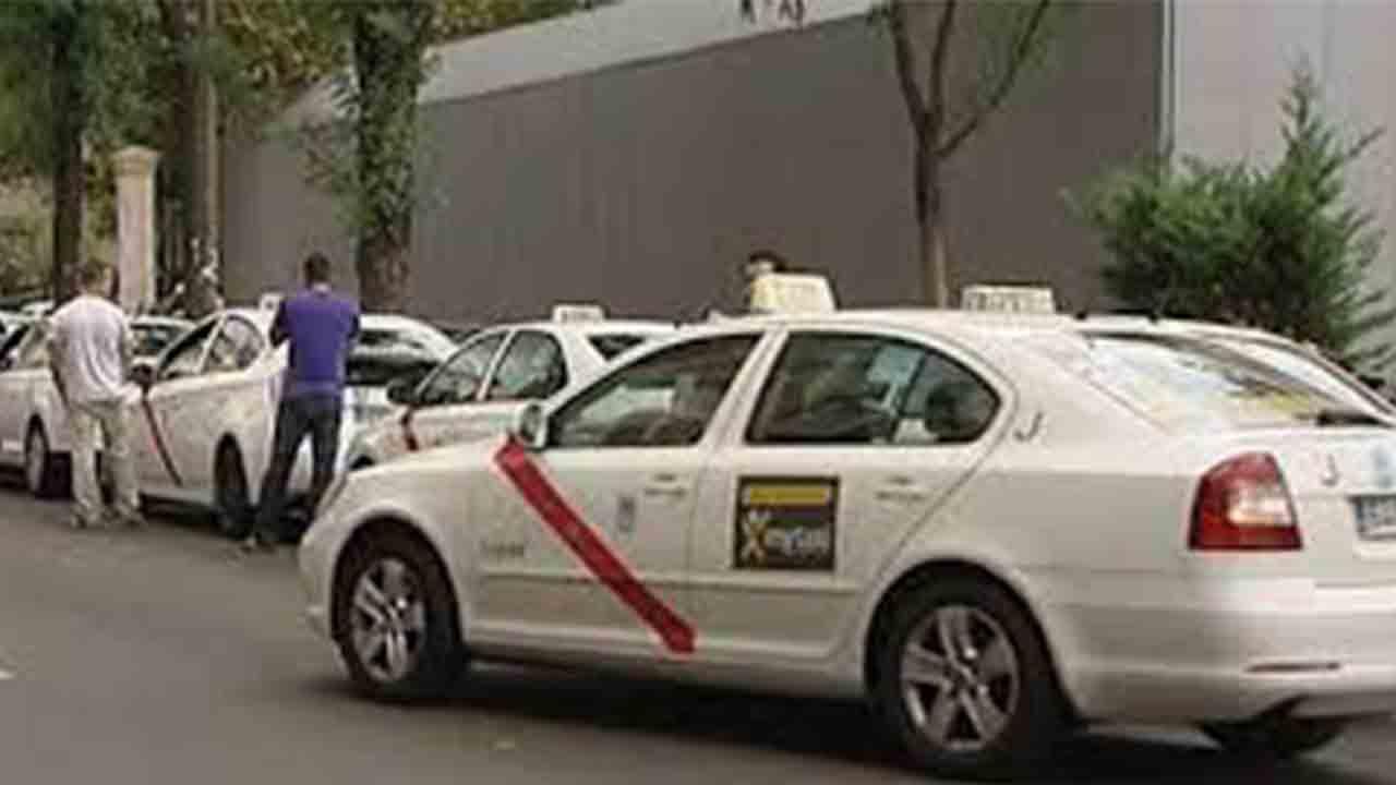 Miles de taxistas madrileños pasean por las calles sin clientes