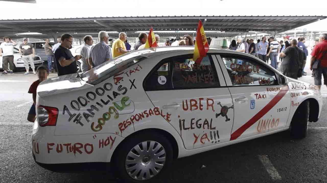 El sector del taxi denuncia a Uber y Cabify ante Agencia Española Protección de Datos