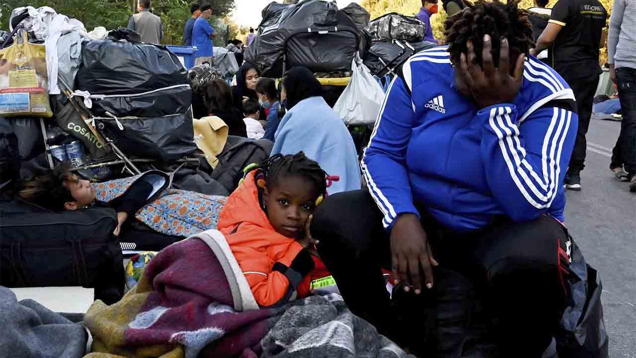Los refugiados de Lesbos duermen en las calles después de los incendios