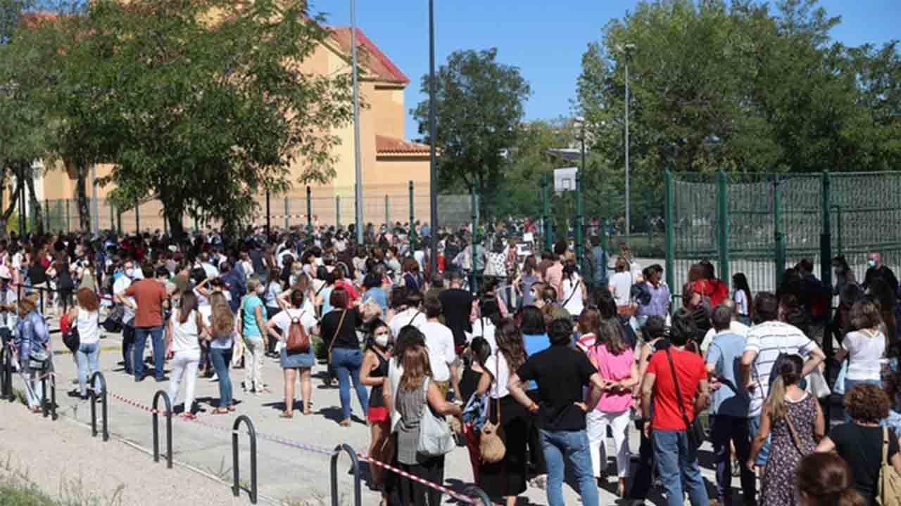 Madrid duplica los contagios en un día y suspende los tests a los maestros