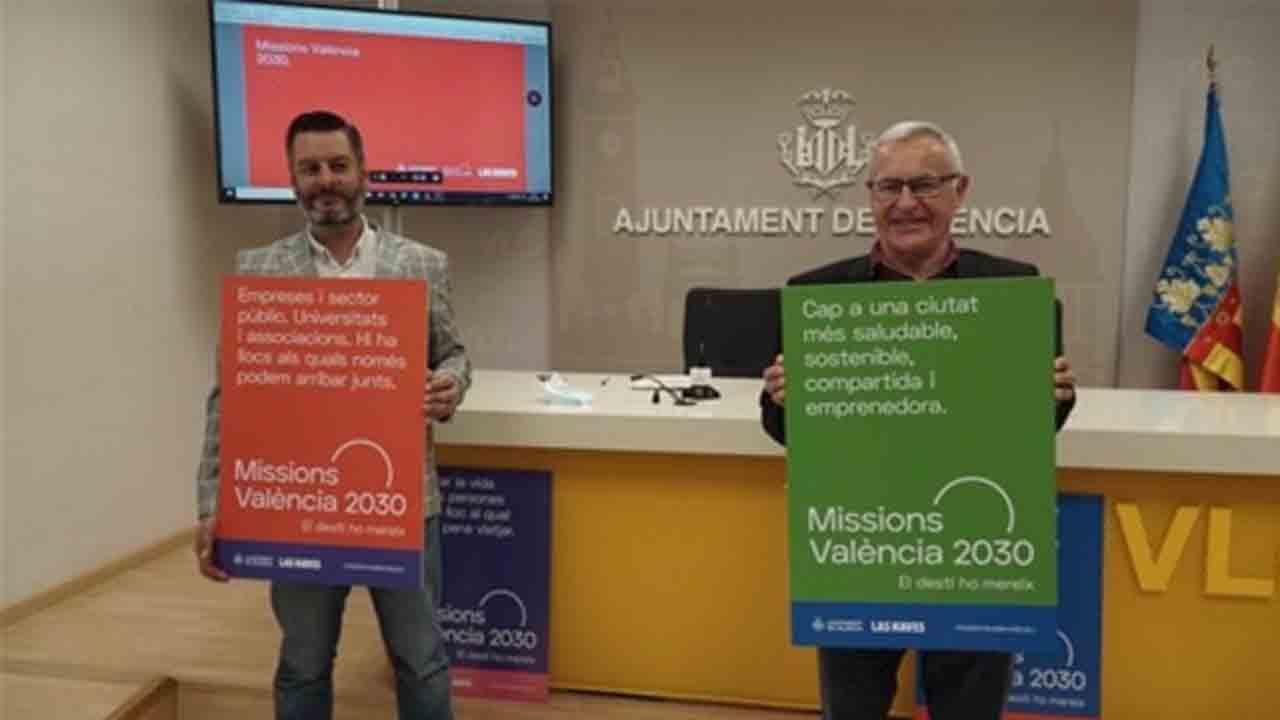 Un concejal de Valencia simula que habla inglés con mascarilla mientras le hacen playback