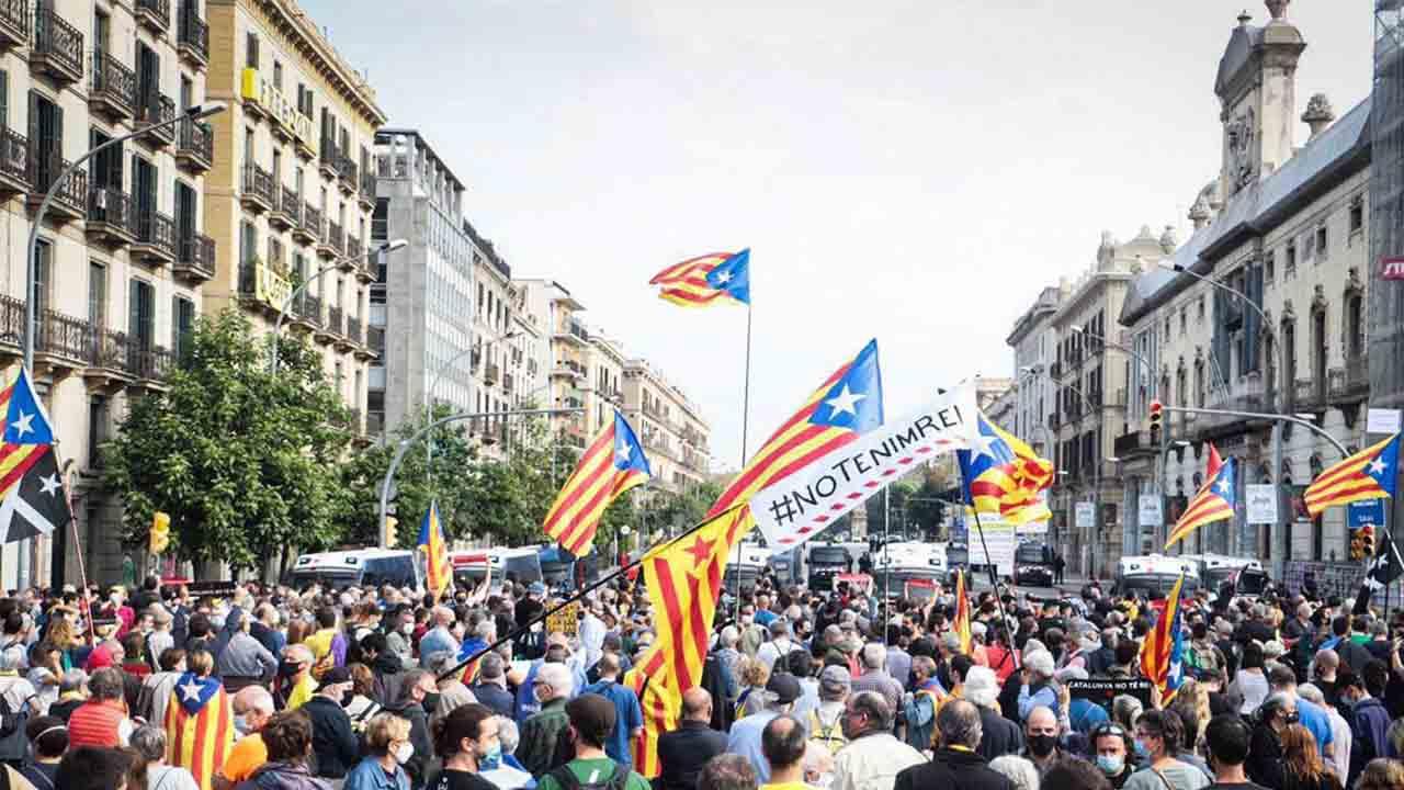 El independentismo protesta contra Felipe VI en una Barcelona blindada