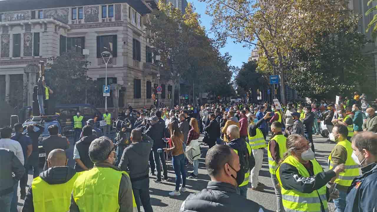El taxi se concentra en Barcelona y exige soluciones ante la 'ruina del sector'