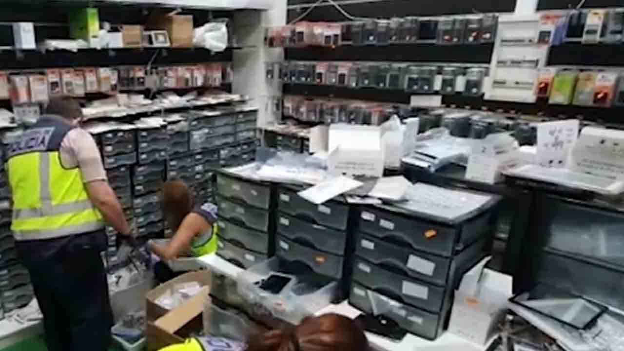 Redada en dos talleres de reparación de móviles que utilizaban repuestos falsificados