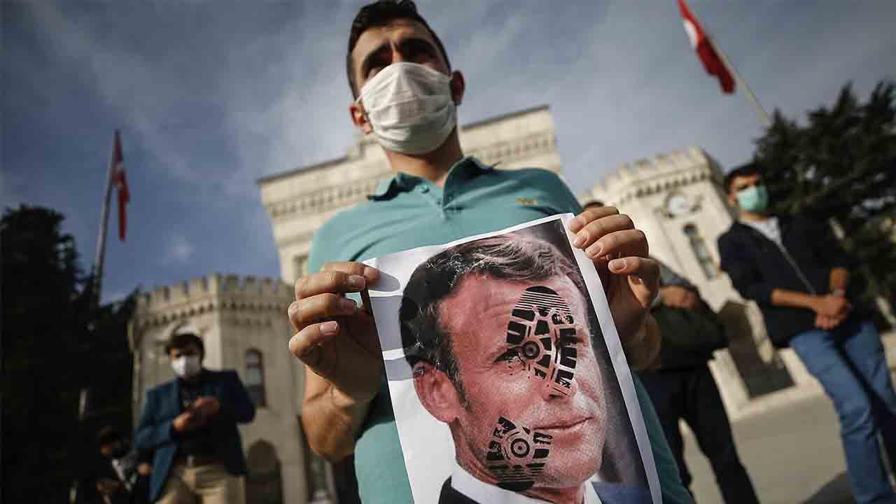 Se extiende la ira islámica por el respaldo de Macron a las caricaturas de Mahoma