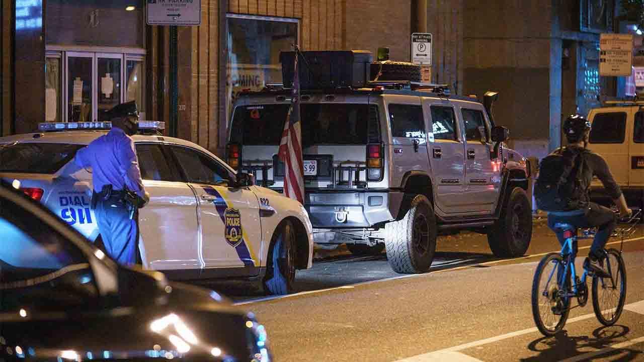 La policía arresta a hombres armados en Filadelfia, al lado de la oficina de conteo de votos