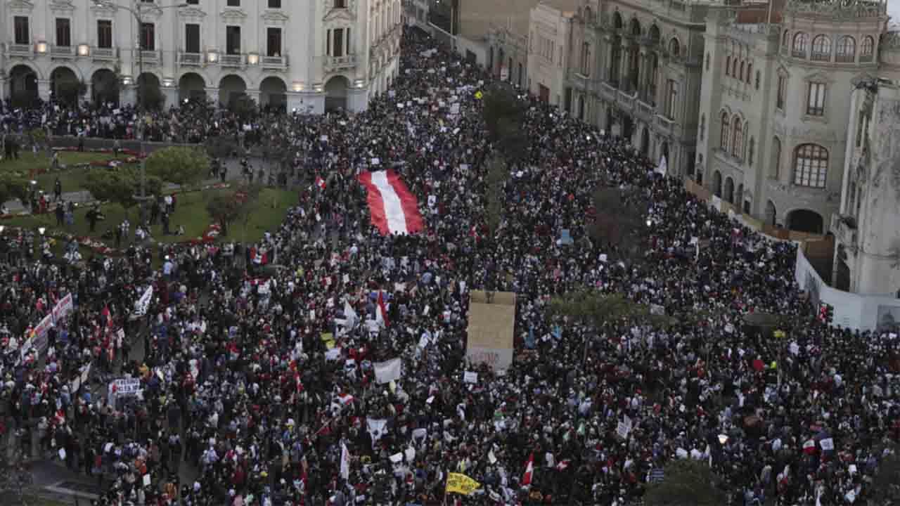 Manifestaciones en todo Perú después de la destitución del presidente