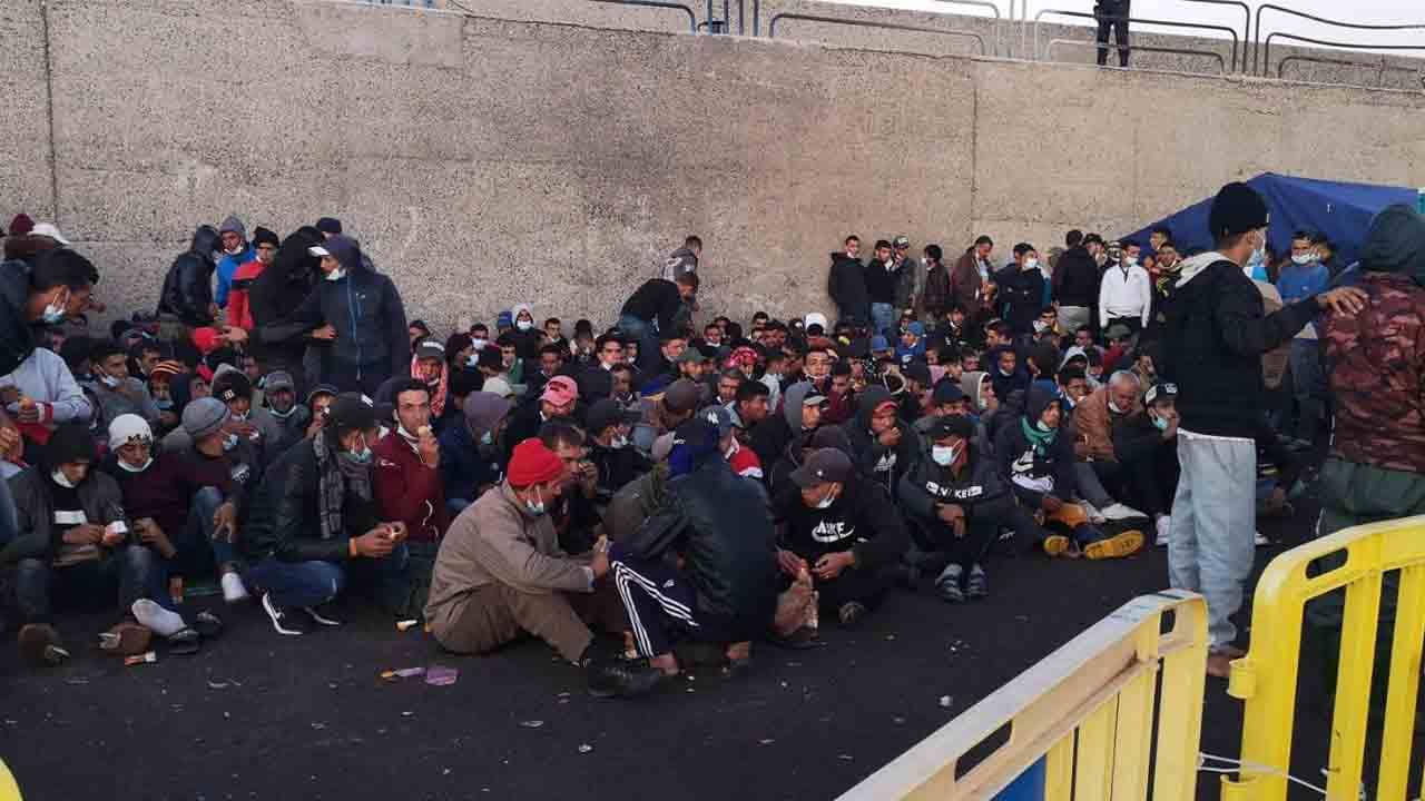 Más de 2.300 migrantes han llegado a dormir esta semana en un muelle de Gran Canaria