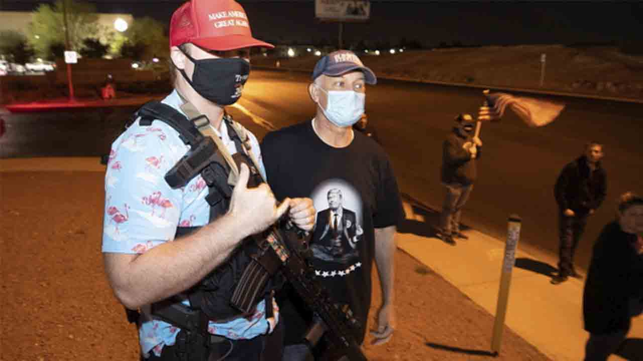 Seguidores de Trump armados amenazan puntos de votación para sabotear el recuento