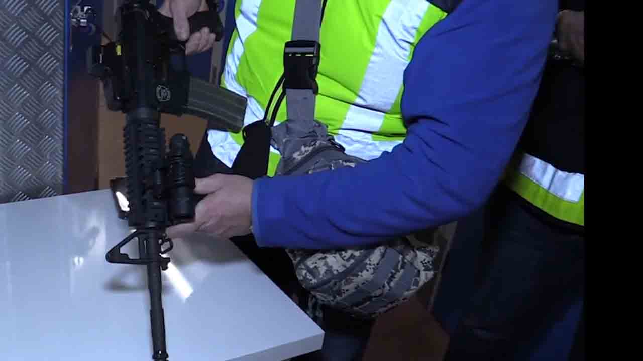 Descubren en un local de Barcelona armamento de guerra, pistolas y munición