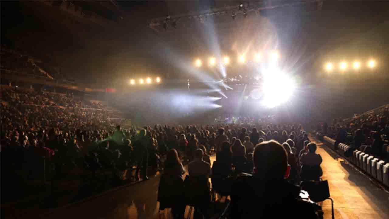 Raphael da un concierto con 5.000 personas en Madrid peso a los contagios