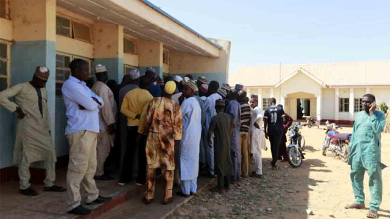 Un grupo armado asalta un internado en Nigeria y secuestra a 350 estudiantes