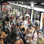 Ayuso asegura que el Metro lleno es seguro porque la gente 'no va abrazada'