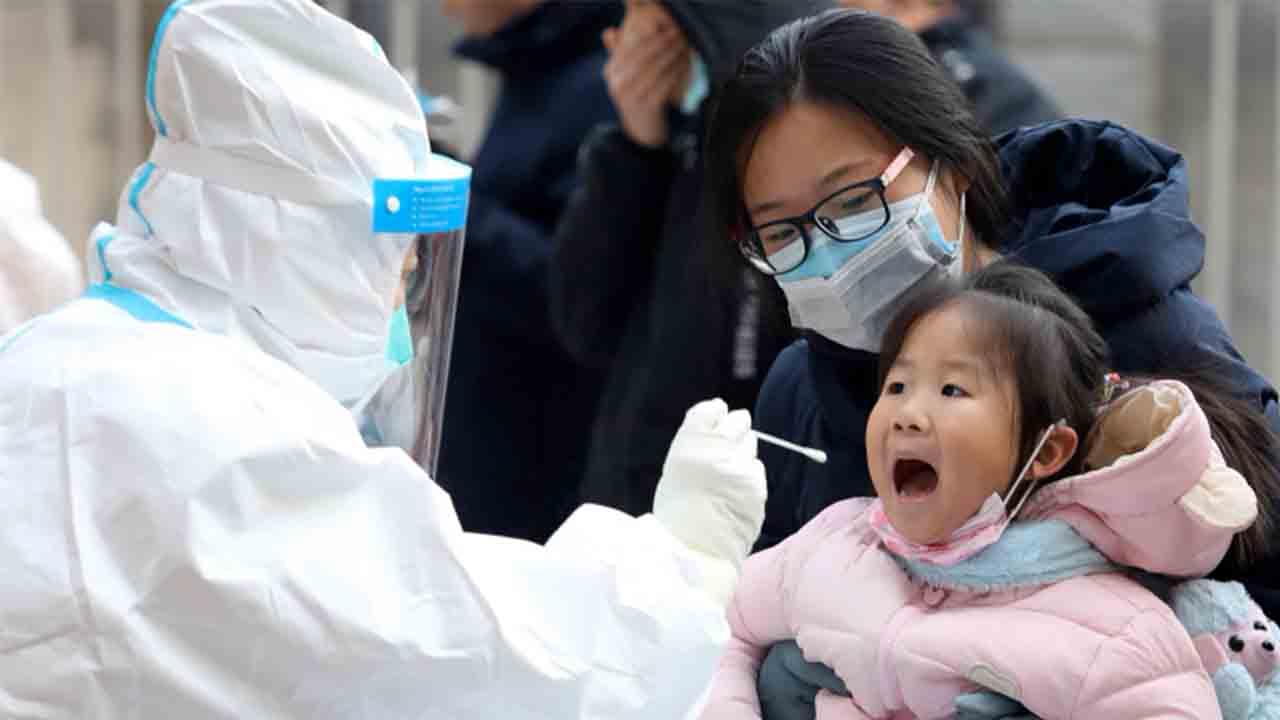 Los casos de COVID en China se adelantan a la llegada del equipo de la OMS