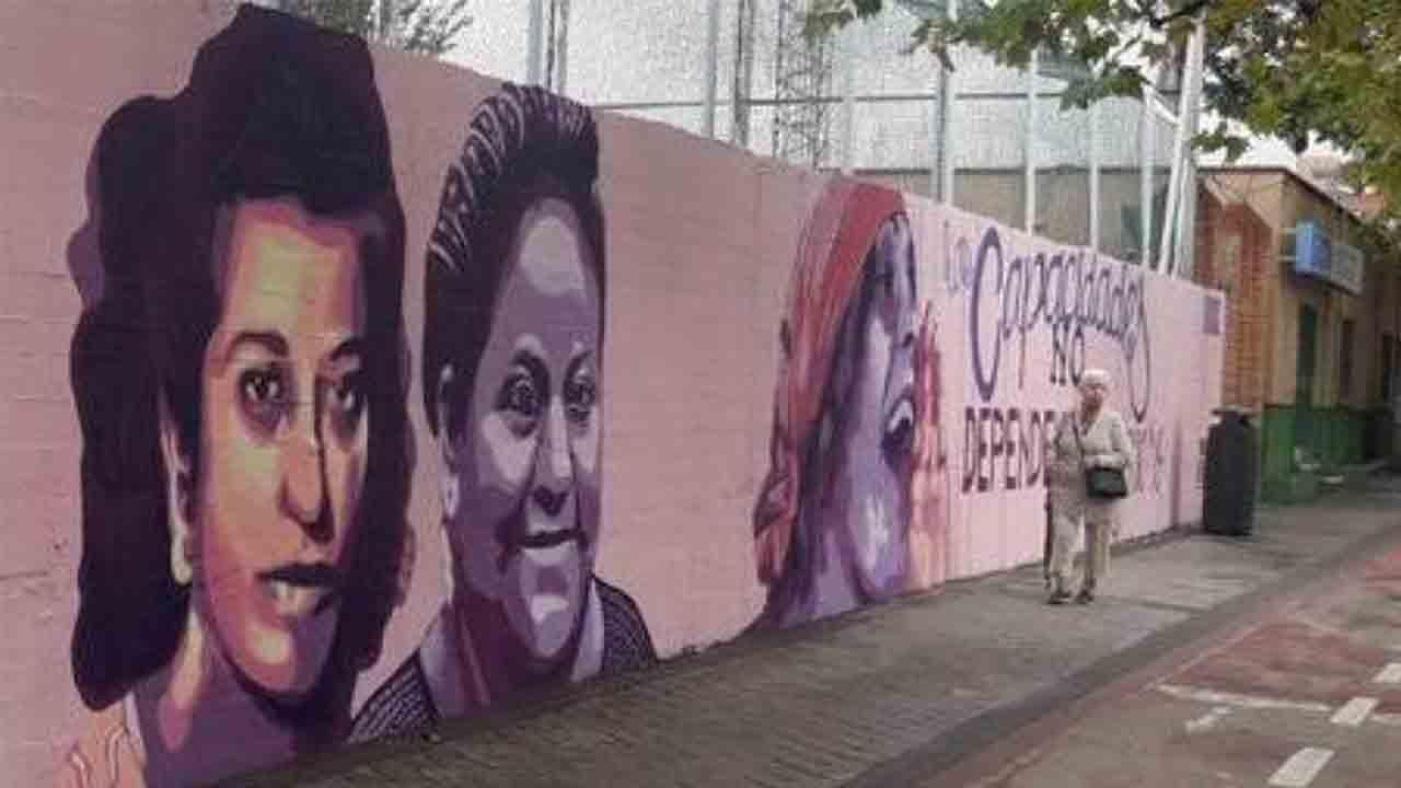 Los vecinos reclaman que se mantenga el mural feminista de Ciudad Lineal