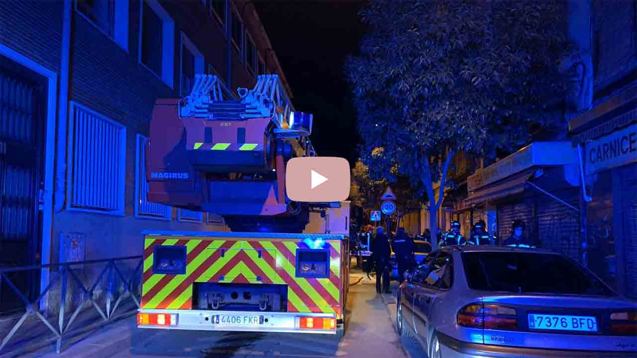 Rescatan a tres personas de un incendio en Puente de Vallecas