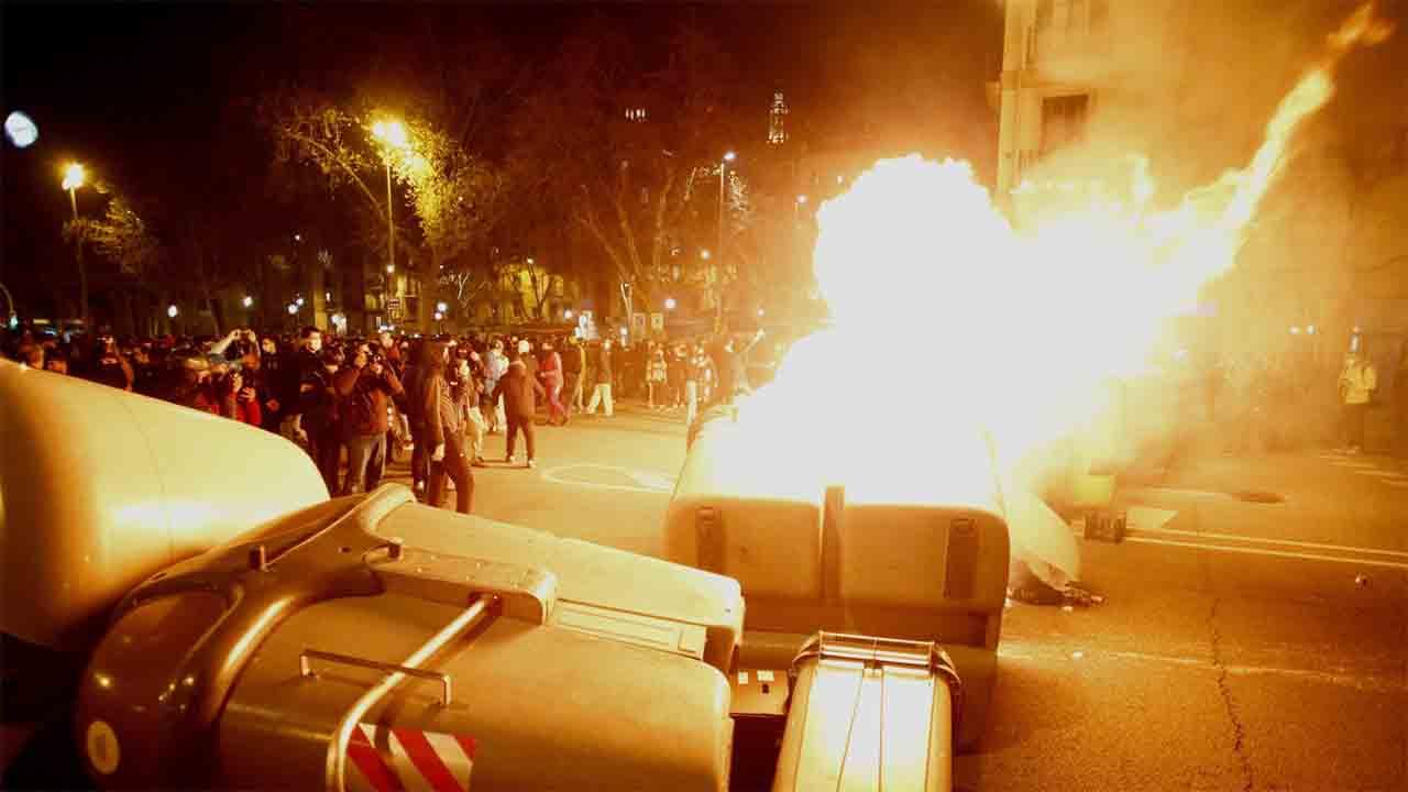 Cuarta noche de barricadas y hogueras en Barcelona en apoyo a Pablo Hasel