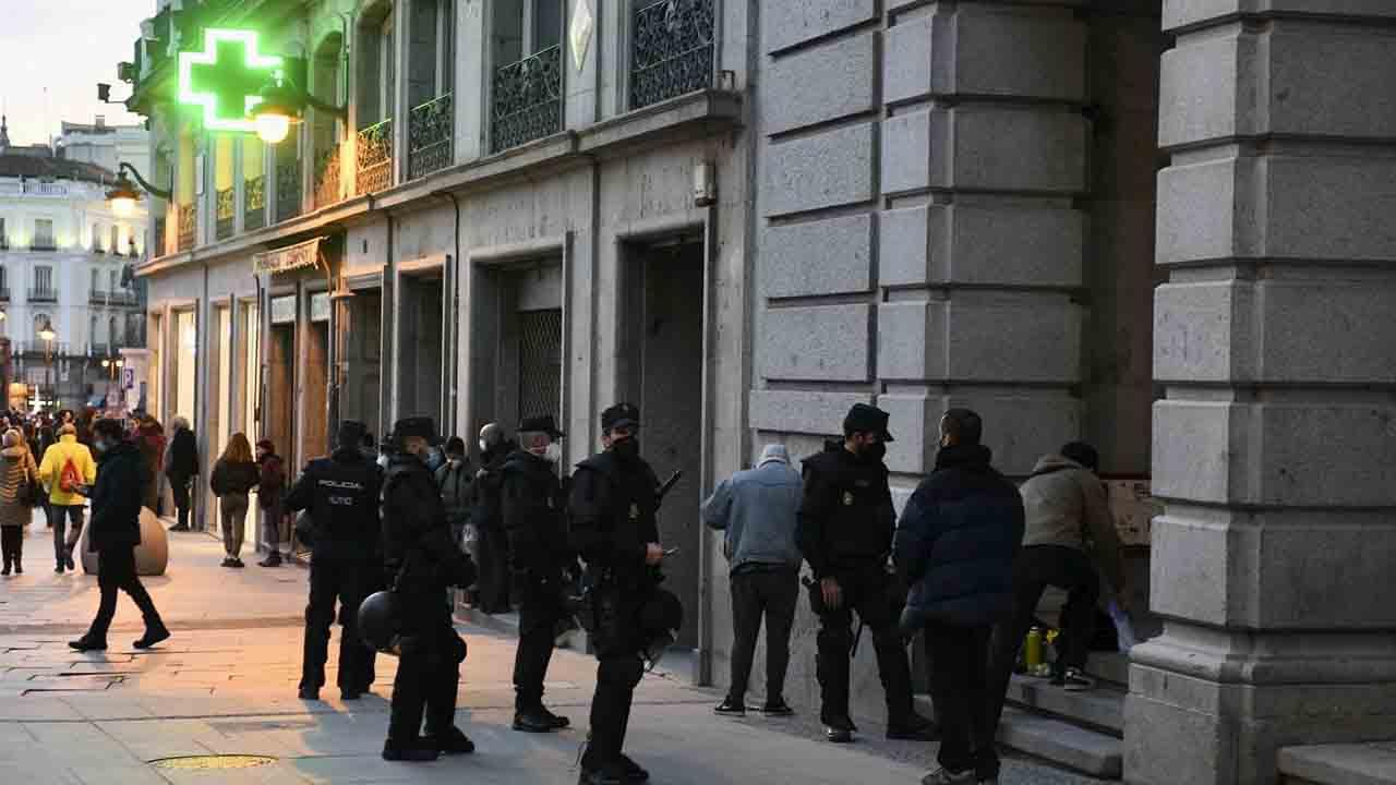La policía carga contra la protesta pacífica de la Puerta del Sol