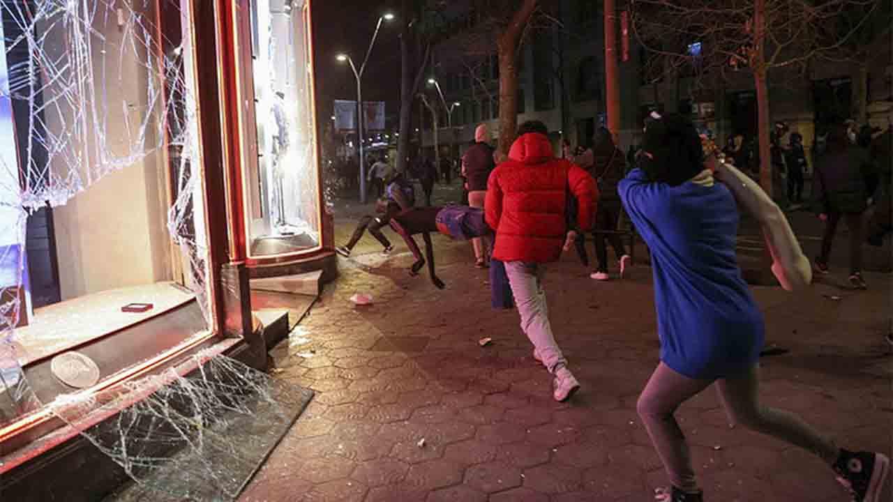La quinta noche de disturbios en Barcelona acaba con saqueos a comercios