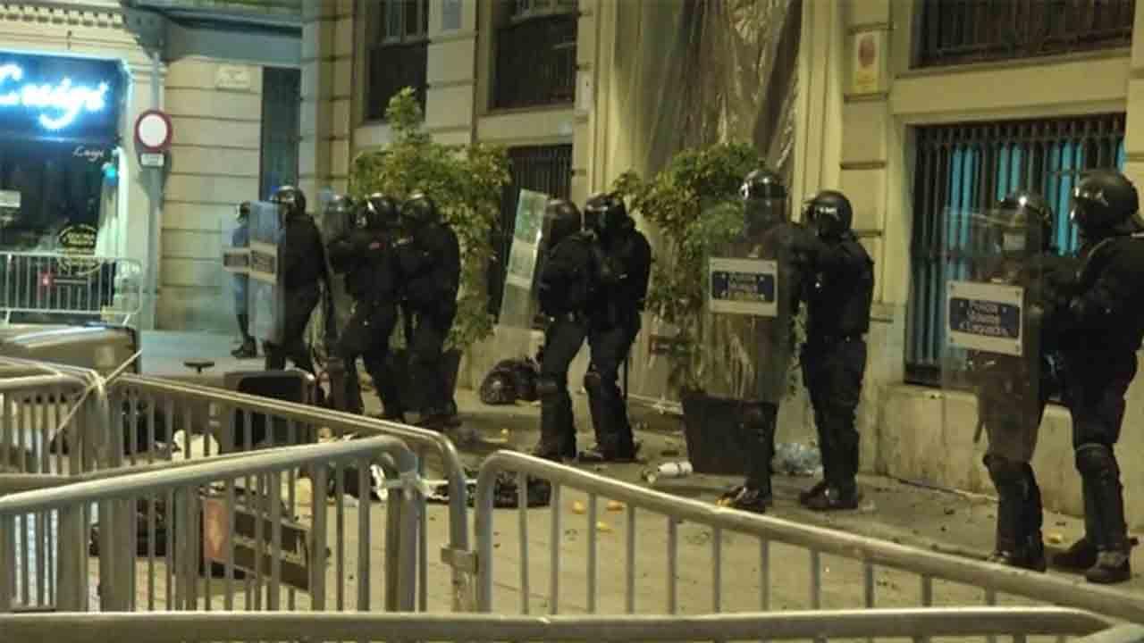 Tensión y detenciones en Barcelona en la sexta noche de protestas