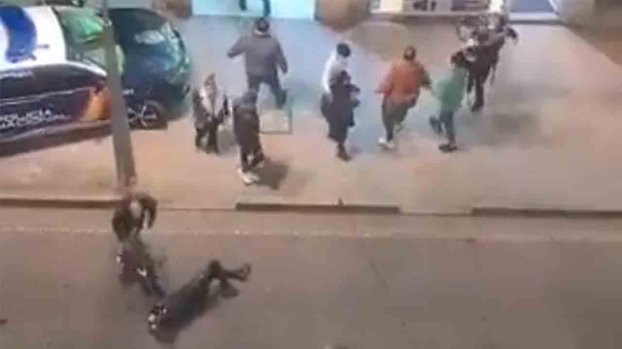 Agresión a un Policía Nacional al recriminar a dos jóvenes el uso de la mascarilla