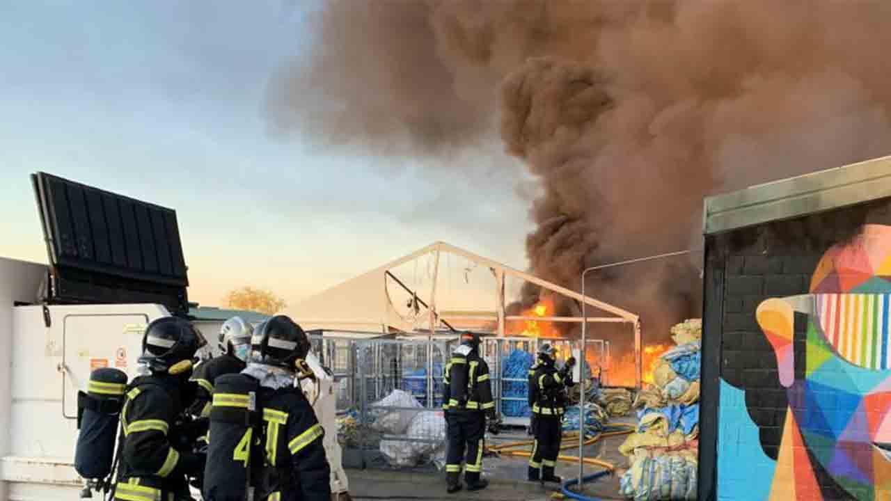 Espectacular incendio en varias naves de Montecarmelo