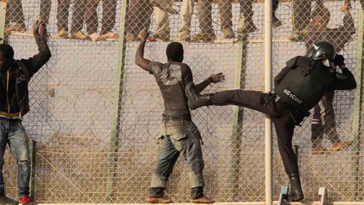 La policía marroquí acusada de incendiar refugios de migrantes en la valla de Melilla
