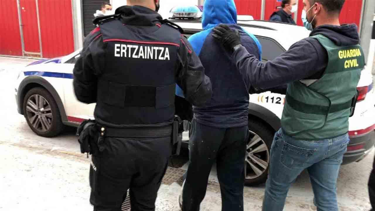 Desmantelado un punto de venta de drogas en Bizkaia