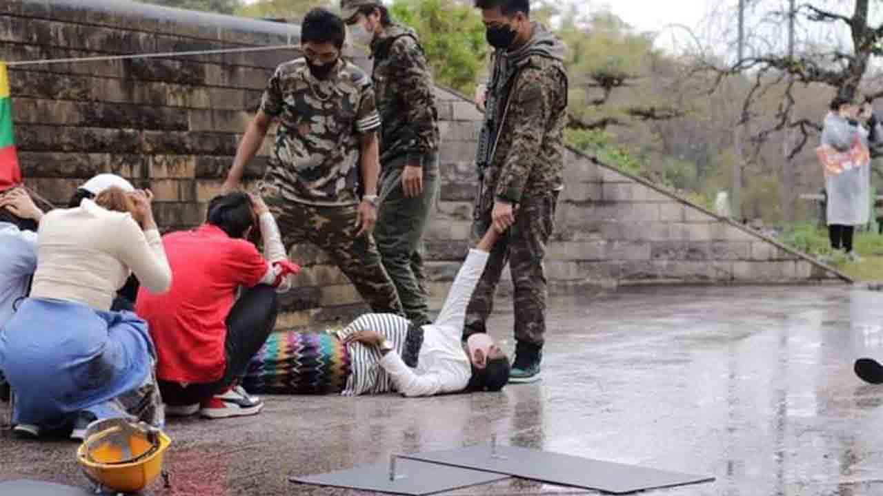 Los militares golpistas de Birmania abren fuego indiscriminadamente contra los manifestantes