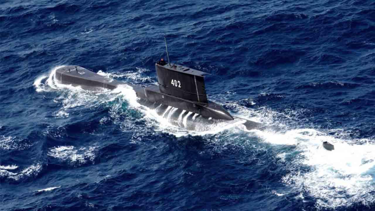 Recuperan escombros del submarino desaparecido en Indonesia