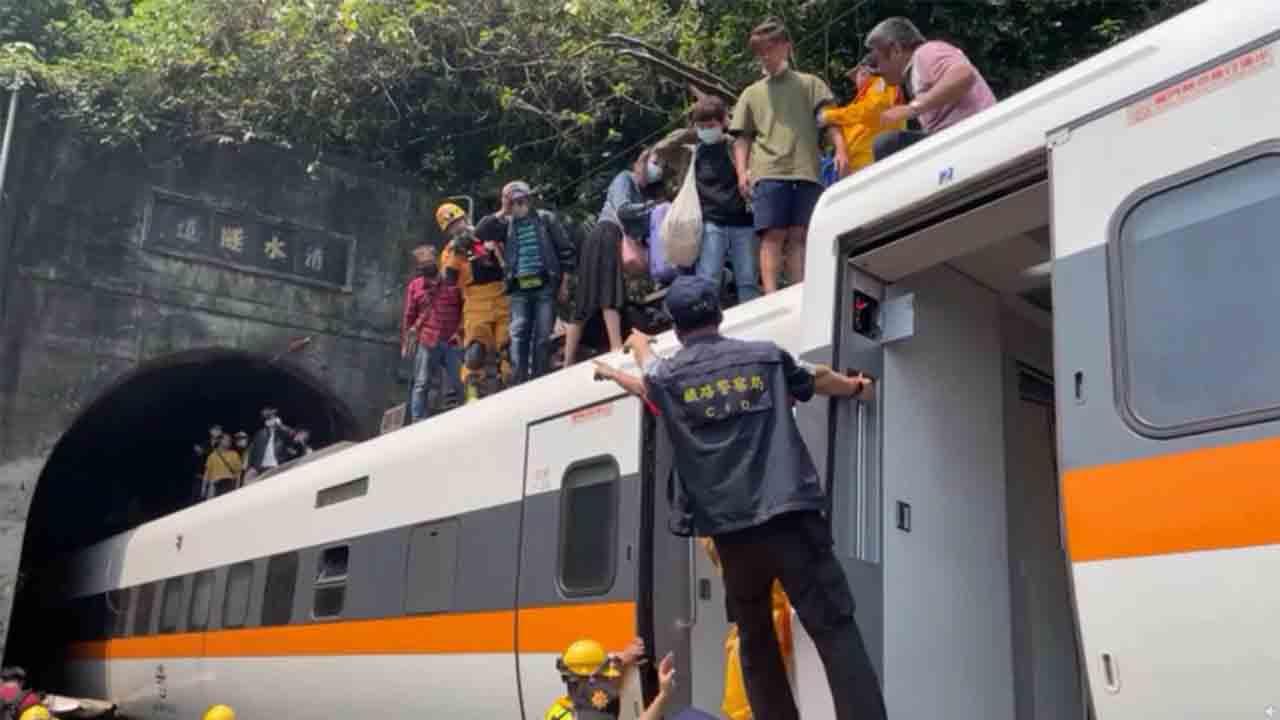 Un tren descarrila en Taiwan y deja al menos 36 muertos