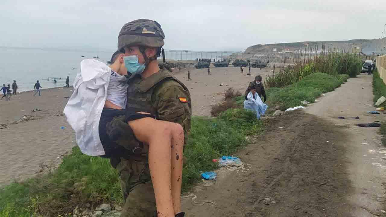 Una madre encuentra a sus hijas en Ceuta después de haber saltado la valla