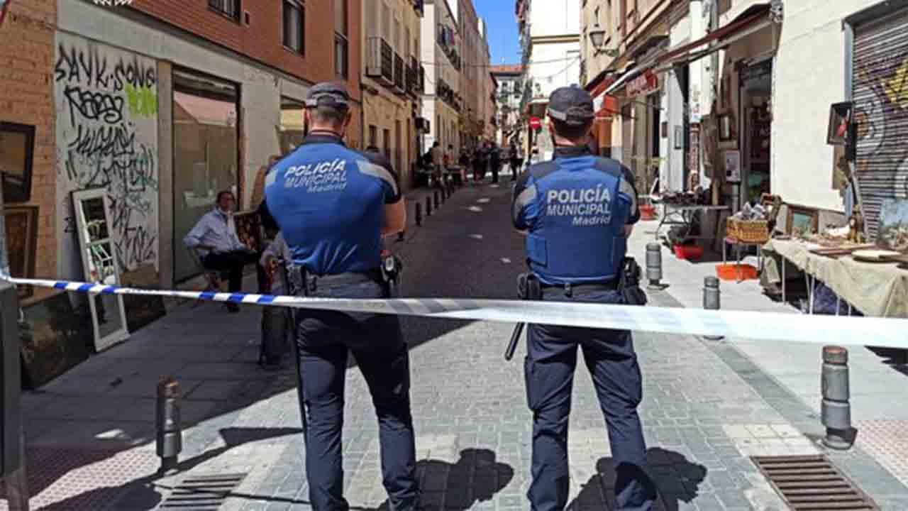 La policía requisa 60 armas es una tienda del Rastro